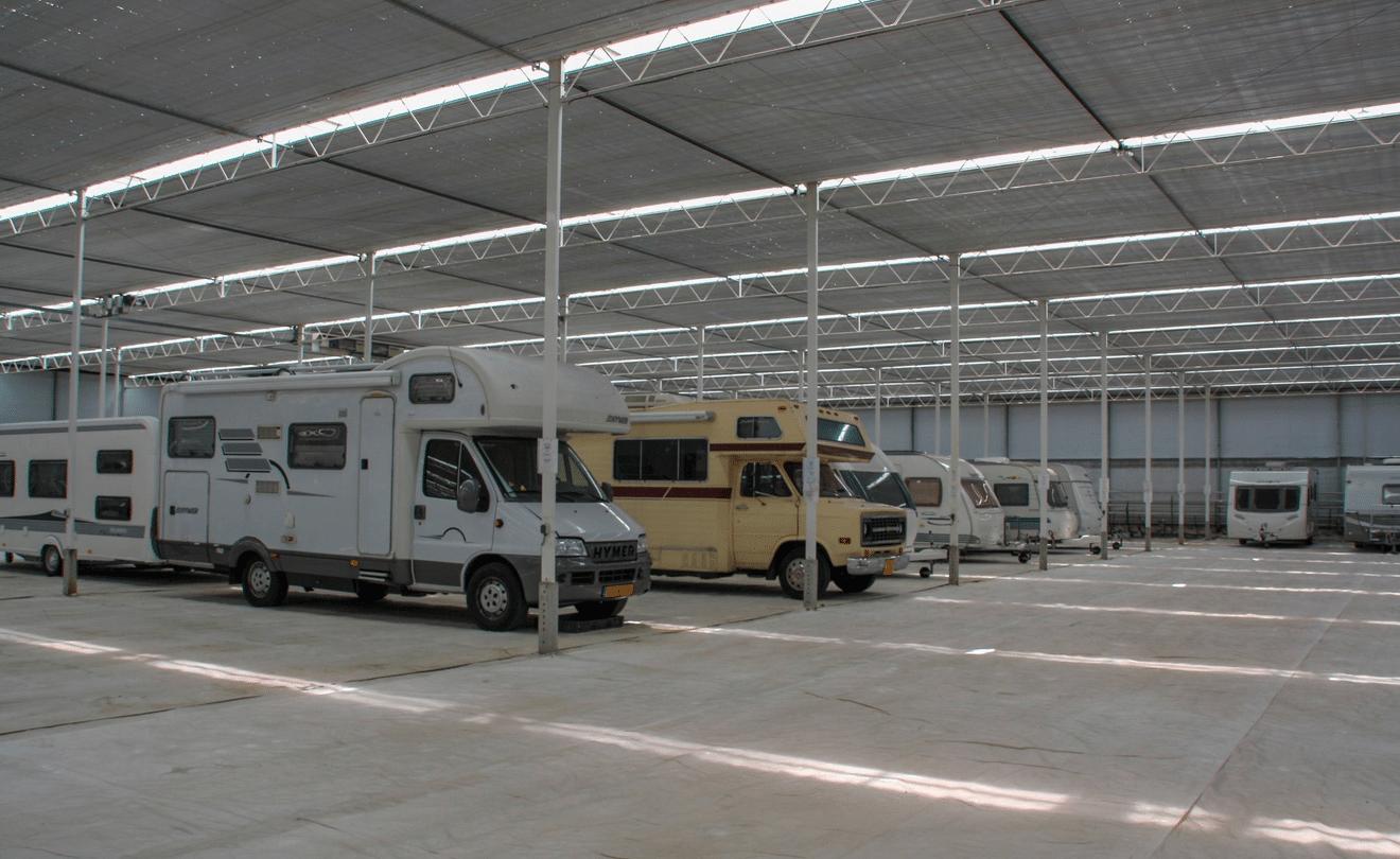 Overzicht van campers in stalling