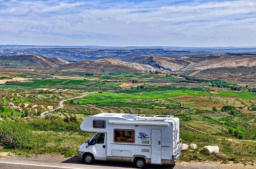 Camper onderweg bij landschap