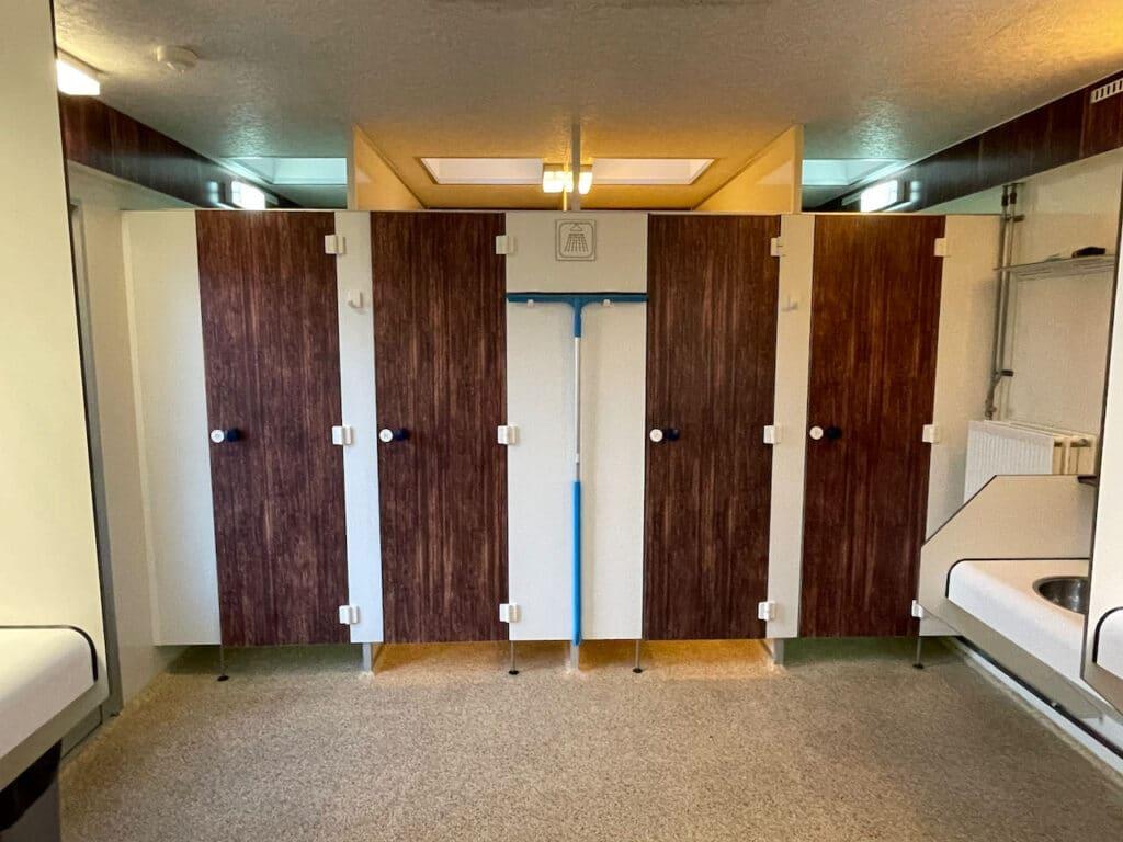 Totaal 6 douches, hier 4 afgebeeld