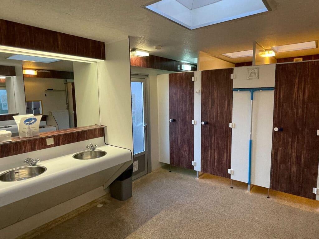 Spoelbakken in sanitairgebouw Camping Brouwersdam