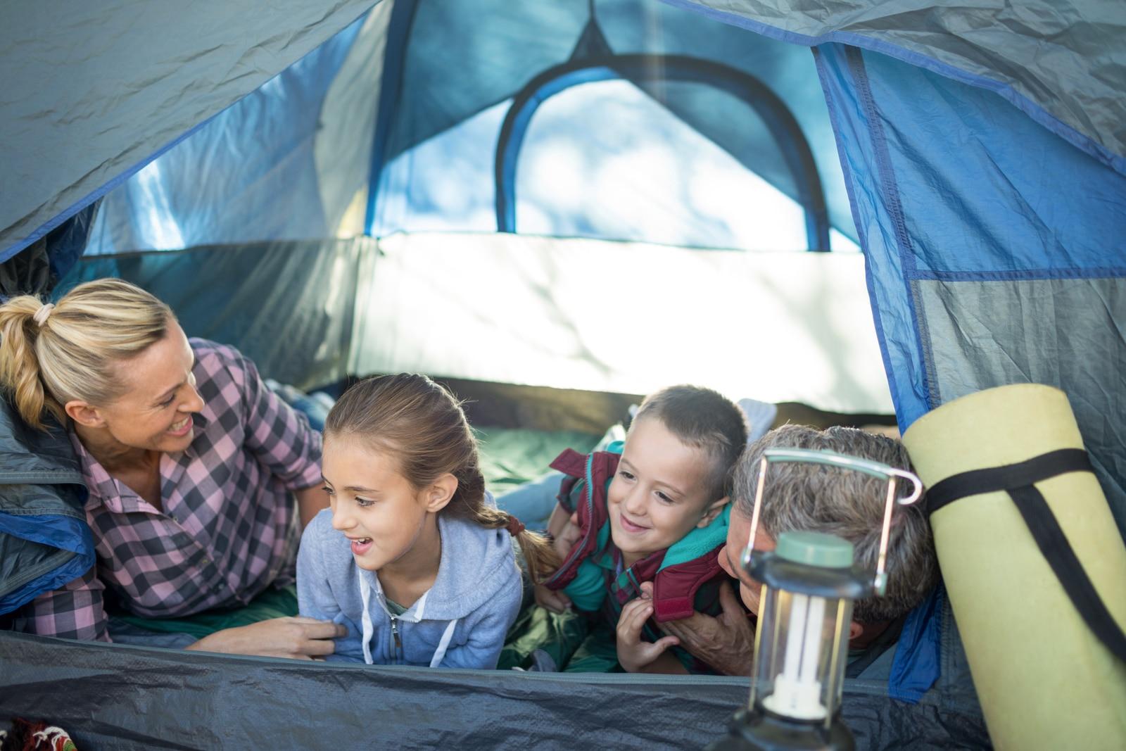Kamperen met kinderen in een tent