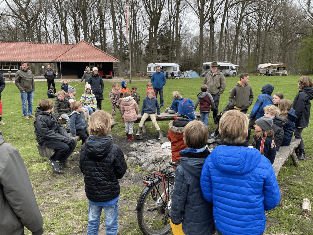 Kinderen die verzamelen voor het paaseieren zoeken