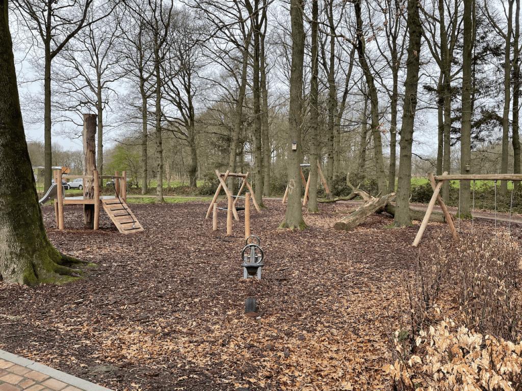 Mooie houten speeltoestellen in de speeltuin van de camping