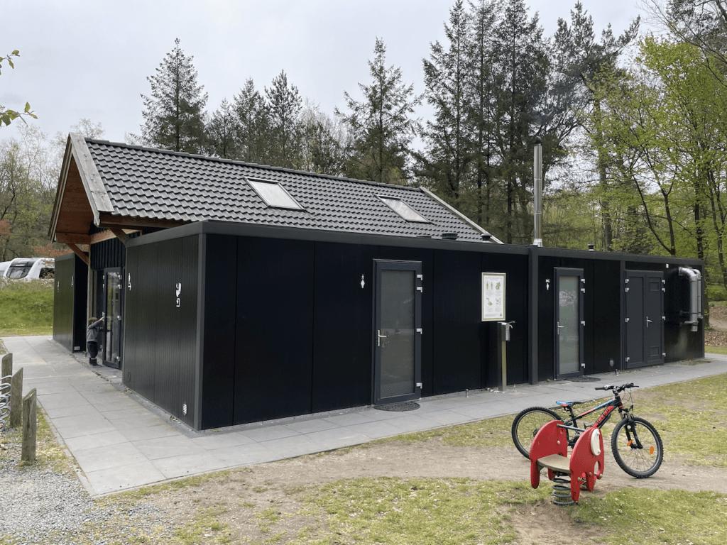 Nieuw sanitair gebouw van de zijkant