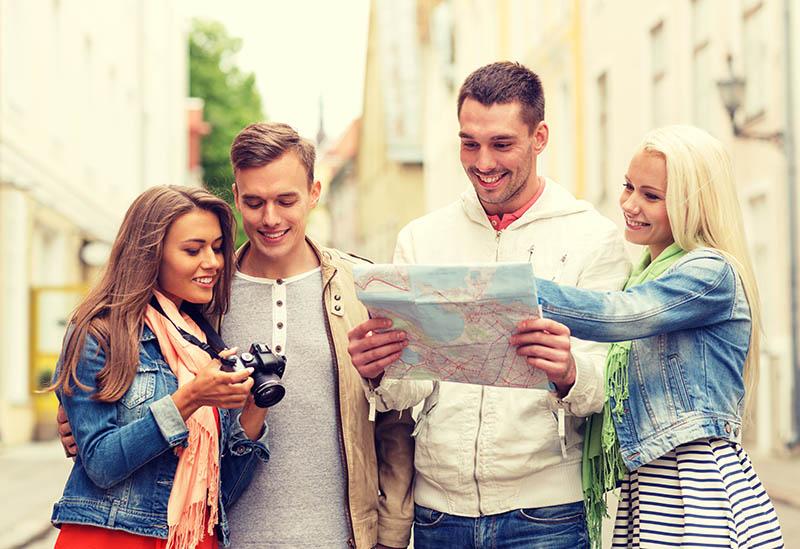 Groep vrienden die een stad aan het ontdekken zijn