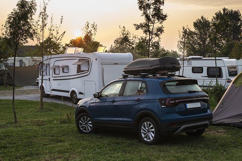 Auto en campers op een camping